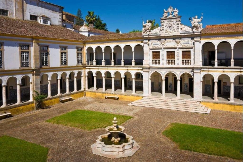 Arquitetura do edifício e jardim da Universidade de Évora em Portugal
