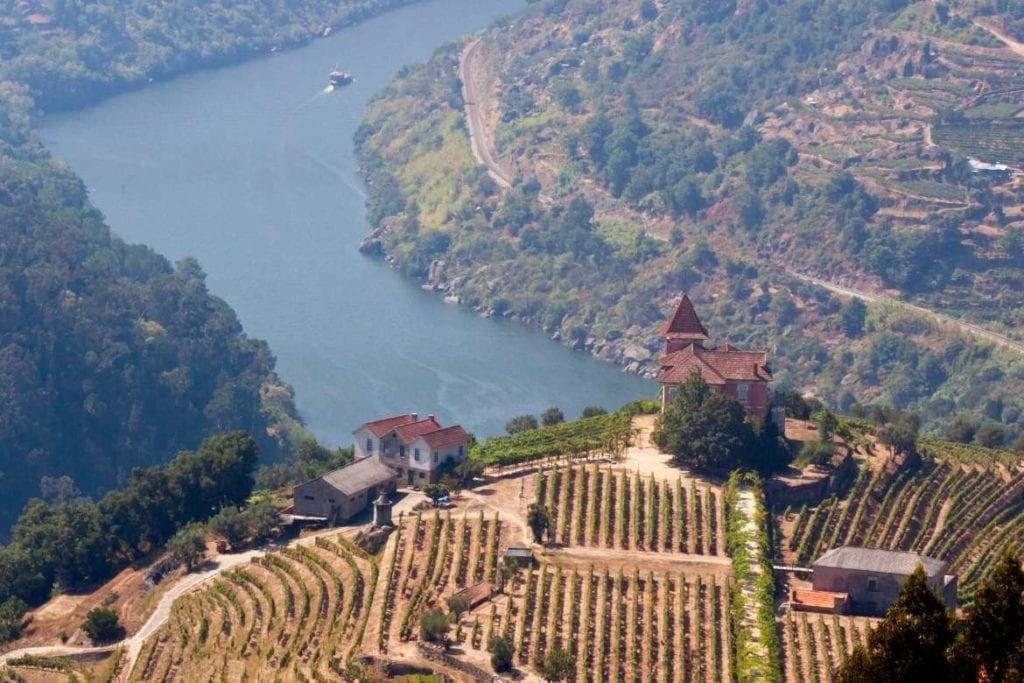 Vista panorâmica do Vale do Douro, um dos melhores lugares para se visitar em Portugal