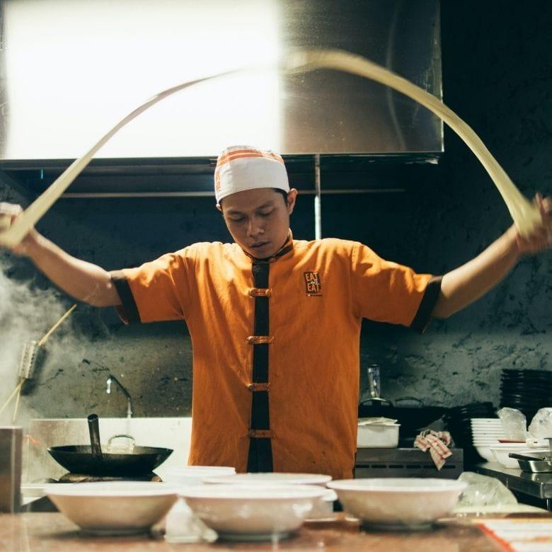 um chef japonês fazendo noodle, tipo de atividade inclusas no roteiro das nossas viagem culinárias
