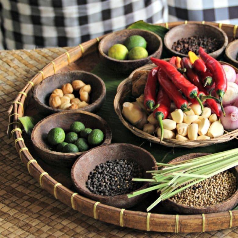 cesta de bambu com especiarias, sabores que podem ser degustados em uma viagem gastronômica